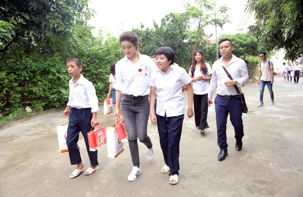 Á hậu Huyền My thân thiện, giản dị trong buổi thăm hỏi, tặng quà trung thu cho các em nhỏ tại làng Hữu nghị