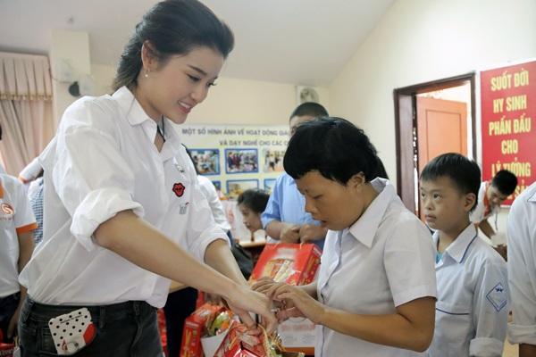 Nhân dịp tết Trung thu, Huyền My đã trao tặng những phần quà thiết thực cho các em nhỏ khuyết tật, các em nhỏ nhiễm chất độc màu da cam với mong muốn giúp đỡ các em có được một dịp tết thiếu nhi trọn vẹn