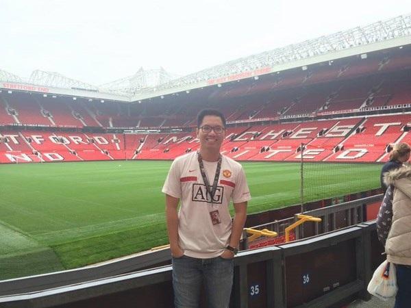 Anh chàng chiêm ngưỡng vẻ vắng lặng của sân vận động Old Trafford trước giờ bóng lăn.