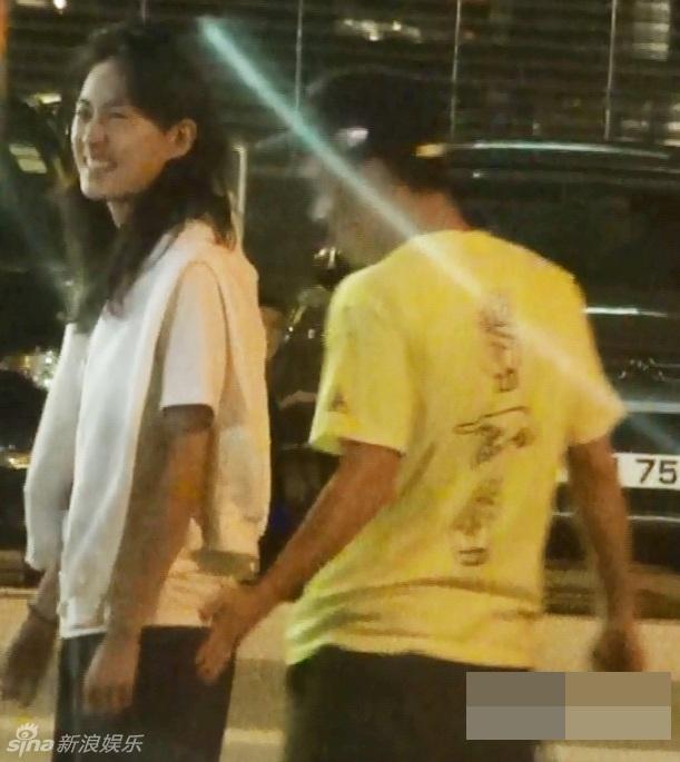 """Ngôi sao điện ảnh Hồng Kông còn chạm vào """"vòng ba"""" của người đẹp họ Tần rất tự nhiên và thoải mái."""