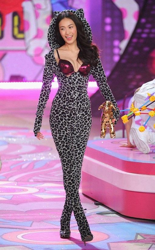 Tần Thư Bồi trình diễn cho Victoria's Secret