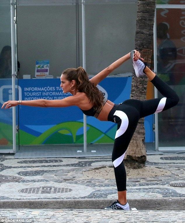 Người đẹp cao 1,77m trổ tài làm 1 vài động tác yoga trong buổi chụp hình