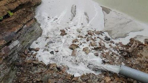 Bắt quả tang Công ty CP tập đoàn khoáng sản Á Cường tống chất thải trực tiếp xuống sông Cẩm Đàn.