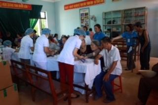Các y bác sĩ và tình nguyện viên BVNT luôn tận tình với các bệnh nhân