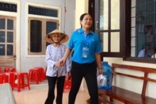 Tình nguyện viên BVNT luôn săn sóc, chu đáo với người dân đến khám bệnh