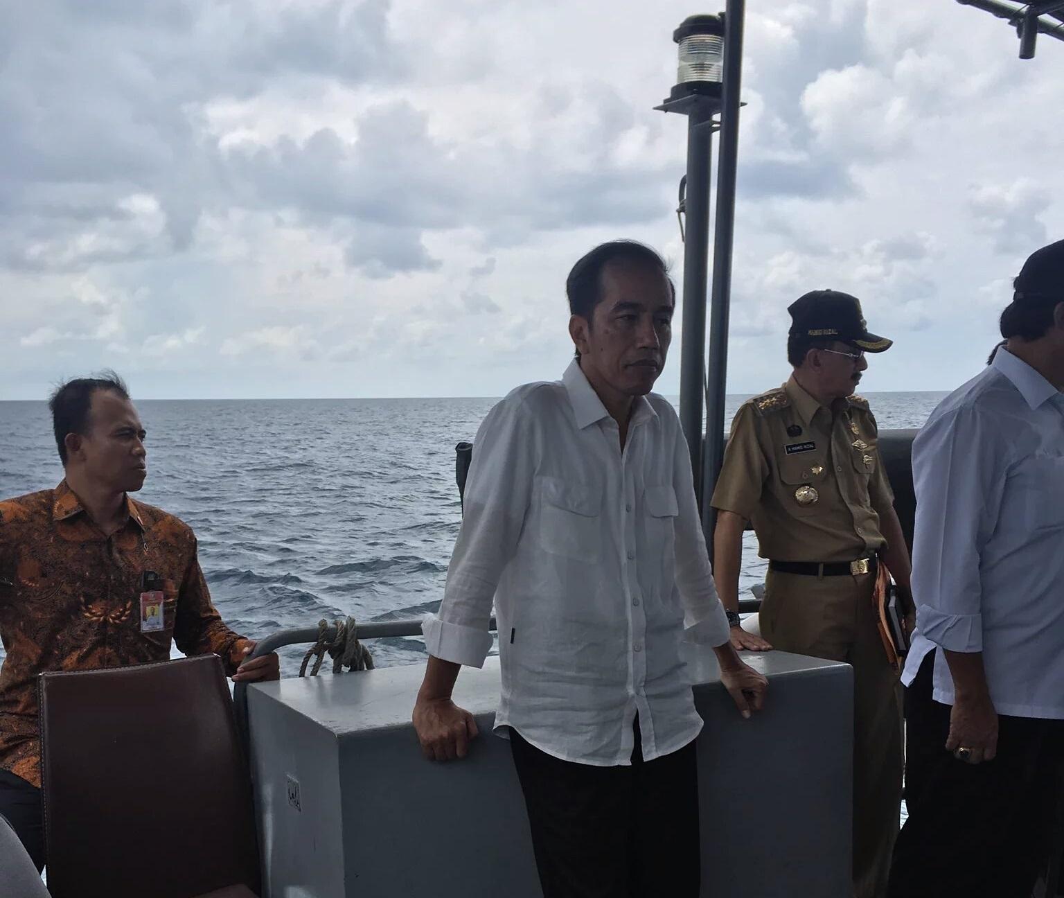 Tổng thống Widodo cùng quan chức an ninh cấp cao Indonesia trên tàu chiến. (Ảnh: Twitter).
