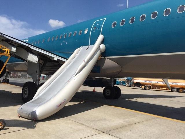 Phao cứu sinh bị bung, hãng hàng không mất 400 triệu để cuốn lại phao.