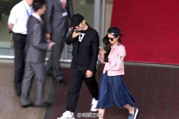 Hai vợ chồng Angelaby và Huỳnh Hiểu Minh luôn nổi bật tại sân bay. Cặp đôi còn diện mũ đôi rất đặc biệt.