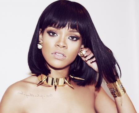 """Rihanna sinh ra ở Saint Michael, Barbados vào năm 1988. Không chỉ là một ca sĩ, cô còn là một nữ diễn viên, một nhà thiết kế thời trang nổi tiếng. Bắt đầu sự nghiệp từ một thập kỉ trước với album đầu tay """"The sun"""", Rihanna đã lập tức gặp hái được vô số thành công trong làng nhạc."""