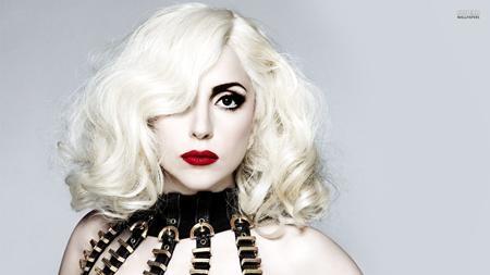 """Lady Gaga nổi tiếng với phong cách thời trang quái dị nhưng cũng đầy ấn tượng và rực rỡ. Các bản hit của cô nàng như """"Just dance"""", """"Bad romance"""", """"Born this way""""… một thời thống trị các bảng xếp hạng. Trong năm qua, chủ nhân của 5 giải Grammy còn thủ vai chính trong series phim kinh dị ăn khách """"American horror story: Hotel""""."""