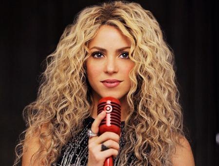 Shakira là một ca sĩ, nhạc sĩ, nhạc công người Colombia và là một trong những ca sĩ nhạc Rock thành công nhất thế giới. Luôn duy trì tần suất xuất hiện dày đặc trên mặt báo, Shakira còn nổi tiếng với những cú lắc hông điệu nghệ và vòng ba đầy hấp dẫn. Nữ ca sĩ cũng chính là người Colombia đầu tiên nhận được ngôi sao trên Đại lộ Danh vọng Hollywood.