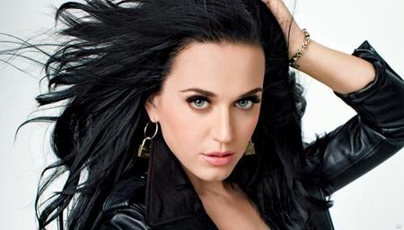 """Katy Perry sinh ngày 25/10/1984 ở Santa Barbara, California, Hoa Kỳ. Ngay từ thuở thơ ấu, Katy Perry đã bộc lộ khả năng ca hát thiên bẩm của mình. Gia nhập làng nhạc với hàng loạt ca khúc gây nghiện như """"California girls"""", """"Teenage dream"""", """"Roar"""", … cô ca sĩ xinh đẹp luôn là tâm điểm của giới truyền thông."""