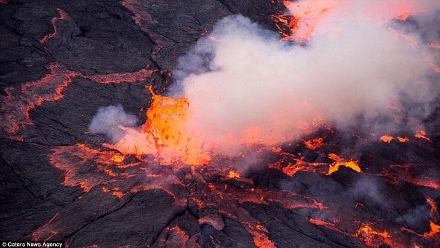 """Chiêm ngưỡng """"vẻ đẹp tử thần"""" của ngọn núi lửa lớn nhất thế giới - 12"""