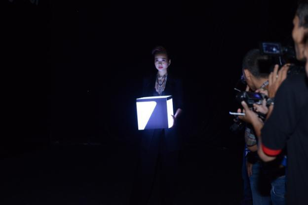 Người mẫu Thanh Hằng mang chiếc hộp phát sáng bí mật lên Galaxy S7 và Galaxy S7 edge trong màn đêm bí ẩn của buổi lễ ra mắt.