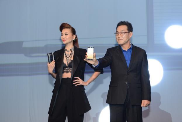 Ông Kim Cheolgi và người mẫu Thanh Hằng giới thiệu Galaxy S7 và Galaxy S7 edge đến giới truyền thông