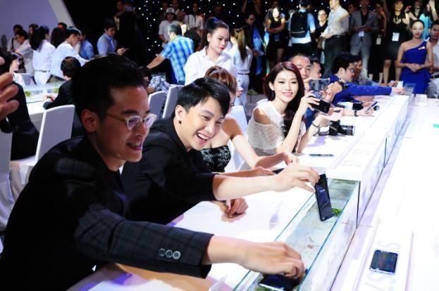 Hà Anh Tuấn, Bê Trần cũng không thua kém, cùng nhau nghịch bộ đôi Galaxy S7 và Galaxy S7 trong nước