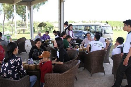 Khách hàng tham quan và tìm hiểu một dự án Khu đô thị sinh thái tại Long An