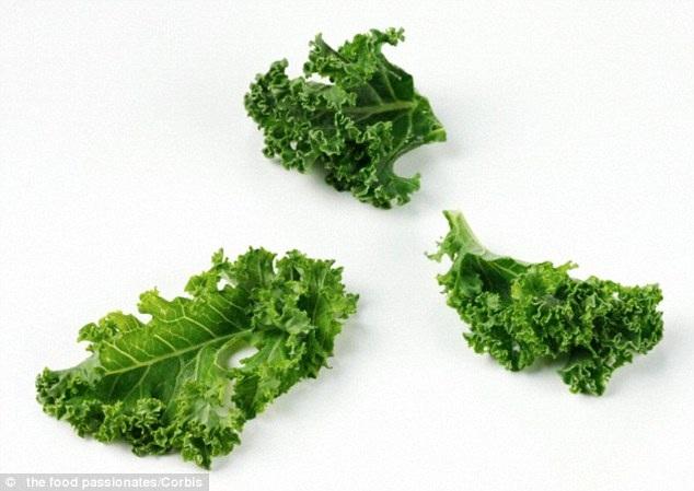 Các loại rau cải, bao gồm xúp lơ, bông cải xanh, cải xoăn, cải đỏ, cải xanh, cải xoong, cải Brussels, cải cầu vồng, có chứa nhiều hợp chất sulphur, hỗ trợ giải độc trong gan. Chúng cũng có tác dụng cân bằng hooc môn trong nữ giới, giúp ngăn ngừa da nổi mụn quanh thời kỳ kinh nguyệt (Nguồn: Dailymail)