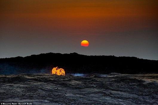 Nghề đào muối ở cổng địa ngục nóng nhất thế giới, độc lạ cỡ nào? - 1