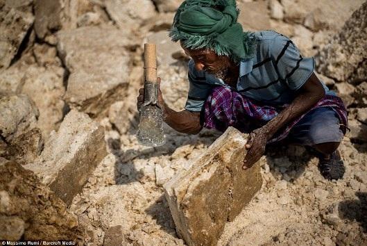 Nghề đào muối ở cổng địa ngục nóng nhất thế giới, độc lạ cỡ nào? - 7