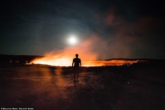 Nghề đào muối ở cổng địa ngục nóng nhất thế giới, độc lạ cỡ nào? - 10