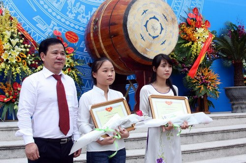 GS Đinh Văn Sơn trao bằng khen và học bổng cho sinh viên xuất sắc của trường