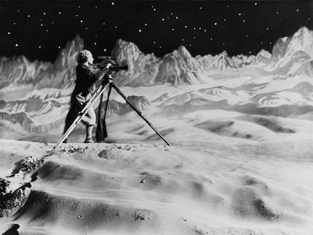 Kiệt tác phim của Fritz Lang chính là tác phẩm tiên phong kể về công cuộc chinh phục Mặt Trăng của loài người. Sức ảnh hưởng của Woman in the moon lớn đến mức cảnh đếm ngược trước khi phóng tên lửa trong phim đã được sao đi chép lại không biết bao nhiêu lần trong các tác phẩm về đề tài không gian sau này.