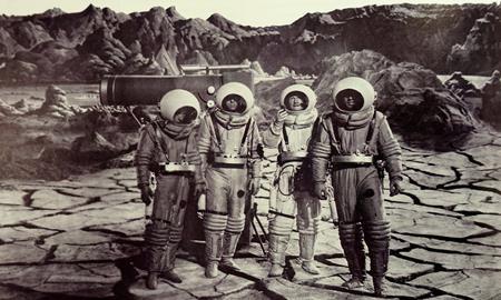 Vào những năm 50 của thế kỉ trước, không nhiều nhà sản xuất phim tại Hollywood có thể hình dung ra một bộ phim kể về hành trình du thám ngoài không gian với những khó khăn, nguy hiểm tiềm tàng giữa vũ trụ. Tuy nhiên, Destination moon của George Pal đã phá vỡ hoàn toàn các tiền lệ trước đó và trở thành một trong những tác phẩm khoa học viễn tưởng có ảnh hưởng sâu rộng nhất lịch sử.