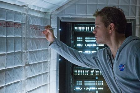 """""""The Martian"""" chính là bộ phim khoa học viễn tưởng đã """"gây bão"""" với 7 đề cử trong lễ trao giải Oscar vừa qua. Nội dung phim là câu chuyện về một phi hành gia mắc kẹt trên Sao Hỏa do bị phi hành đoàn của chính mình bỏ rơi, anh cố gắng tìm mọi cách liên lạc với Trái Đất và cuối cùng cũng được trở về. Vẫn là đề tài du hành vũ trụ quen thuộc nhưng lối dẫn dắt của phim lại rất hài hước, gần gũi và không kém phần bất ngờ."""