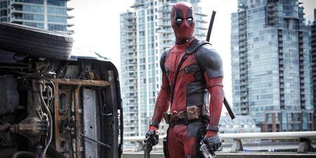 """""""Deadpool"""" là bộ phim siêu anh hùng hiếm hoi bị dán nhãn R với vô số cảnh quay bạo lực và nhiều lời thoại nhạy cảm. Tuy vậy, tác phẩm vẫn gặt hái được thành công rực rỡ nhờ hình tượng một tay lính đánh thuê Deadpool với ngoại hình cá tính, tính cách tưng tửng và khả năng """"phá vỡ bức tường thứ tư"""", nhận thức được mình chỉ là nhân vật hư cấu."""