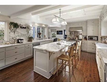 Phòng bếp bừng sáng với đá cẩm thạch