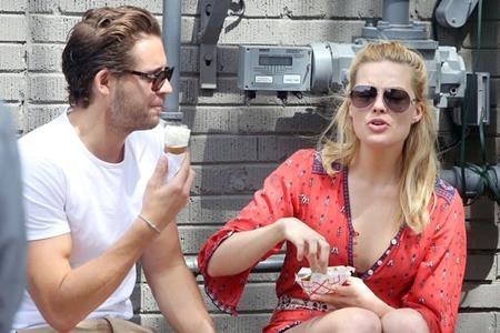 Margot Robbie vẫn đang hẹn hò cùng trợ lý đạo diễn Tom Ackerley