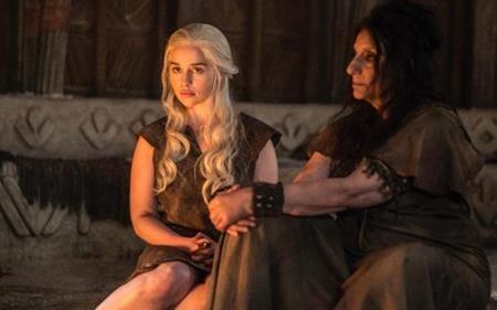 """Nhân vật """"mẹ rồng"""" của Emilia có khá nhiều cảnh nóng trên phim"""