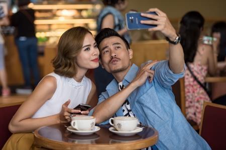 """NTK điển trai không quên cũng Trần Hiền """"pose"""" ảnh selfie để lưu lại hình ảnh buổi hẹn hò."""