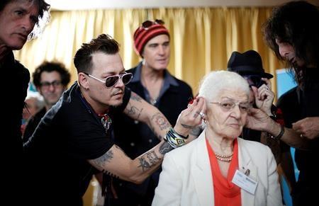 Johny Depp tận tình giúp đeo máy trợ thính…