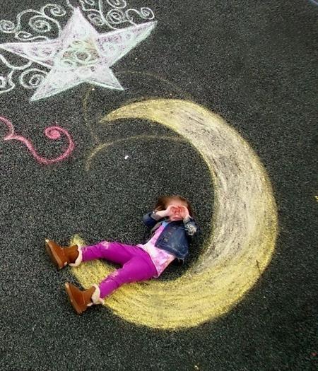 Trên vỉa hè, bé có thể bay lên cung trăng