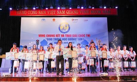 Ông Khuất Việt Hùng - Phó Chủ tịch chuyên trách Ủy ban An toàn giao thông Quốc gia trao giải Đặc biệt cho em Nguyễn Thị Lan Anh, lớp 11A1, THPT Trung Giã (Sóc Sơn, Hà Nội).