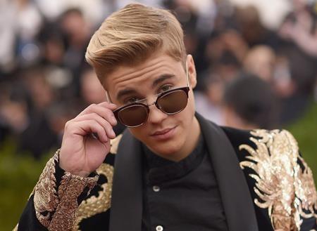 Justin Bieber từng khiến khá nhiều người cảm thấy… khôi hài khi cho biết, nếu không làm ca sĩ thì anh chàng mong muốn trở thành phi hành gia và muốn bay vào không gian. Điều đáng nói là thường ngày, khi không bận bịu với các dự án âm nhạc, Justin chẳng những không tỏ vẻ ham học hỏi mà còn thường xuyên gây ra các vụ bê bối đáng xấu hổ.