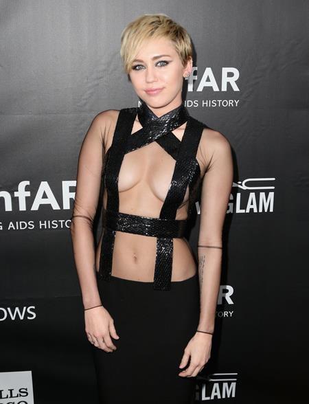Miley Cyrus cũng khiến nhiều fan bất ngờ khi cho biết cô từng muốn đến London để học nhiếp ảnh