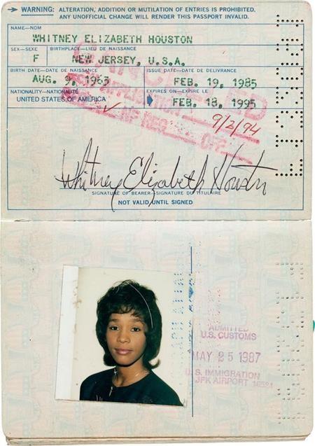 …và hộ chiếu đầu tiên của Whitney Houston