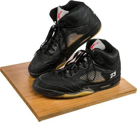 Đôi giày của Whitney Houston có thể bán với giá 20.000 đô la