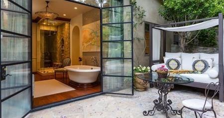Một số phòng tắm còn có cửa mở ra hướng vườn thoáng mát