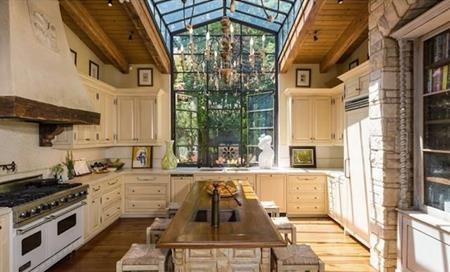 Phòng bếp được trang trí rực rỡ với đèn chùm và cửa kính