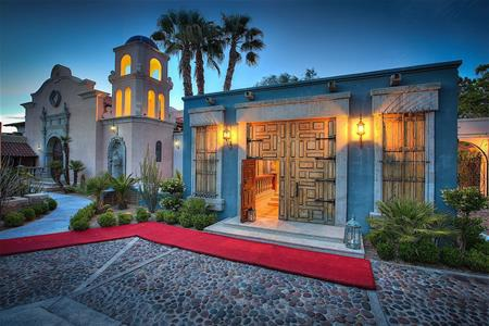 Biệt thự được xây dựng từ năm 1952, dựa theo phong cách kiến trúc Tây Ban Nha với những bức tường đầy màu sắc và tháp chuông ấn tượng