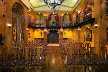 Nơi sang trọng nhất của biệt thự chính là nhà thờ lớn có 2 tầng với 74 chỗ ngồi cùng ban công và đèn chùm đắt tiền