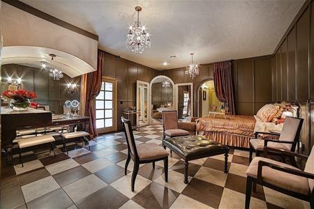 Một phòng ngủ ưa thích khác của Michael Jackson, nơi ông hoàng nhạc pop dành nhiều thời gian luyện tập lại vũ đạo trước gương