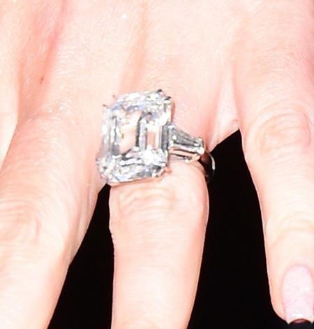 """Mariah Carey khoe nhẫn đính hôn """"khủng""""…"""