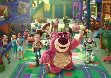 """Với một lối dẫn dắt hài hước, xen lẫn chất phiêu lưu mạo hiểm mà vẫn chân thật một cách khéo léo, loạt phim """"Toy Story"""" đã nhận được đánh giá rất cao từ giới phê bình và dễ dàng chinh phục mọi khán giả khó tính. """"Toy story 3"""" chính là đỉnh cao của loạt phim đình đám này và đã nhận được một đề cử Oscar cho Phim hay nhất."""