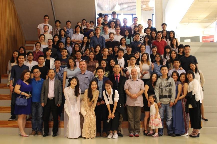 Hơn 100 khách mời cùng chụp hình lưu niệm với Ban tổ chức A touch of Vietnam