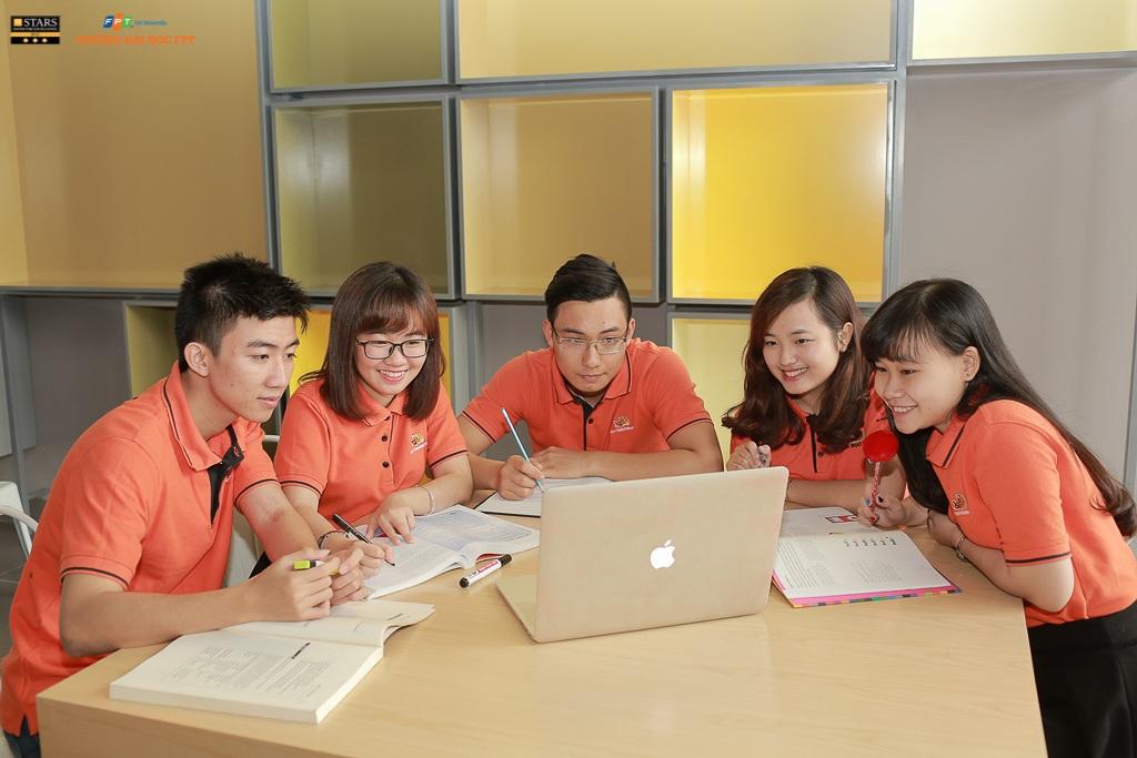 Theo thống kê mới nhất vào tháng 5/2015, 98% sinh viên ĐH FPT có việc làm sau khi ra trường, trong đó 15% sinh viên đang học tập và làm việc tại các quốc gia phát triển: Anh, Mỹ, Đức, Nhật, Canada, Philippines, Nhật...